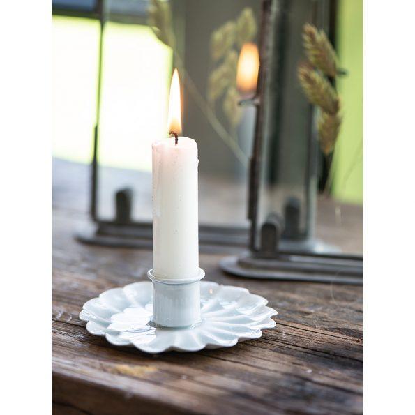 Balta deganti žvakė interjere