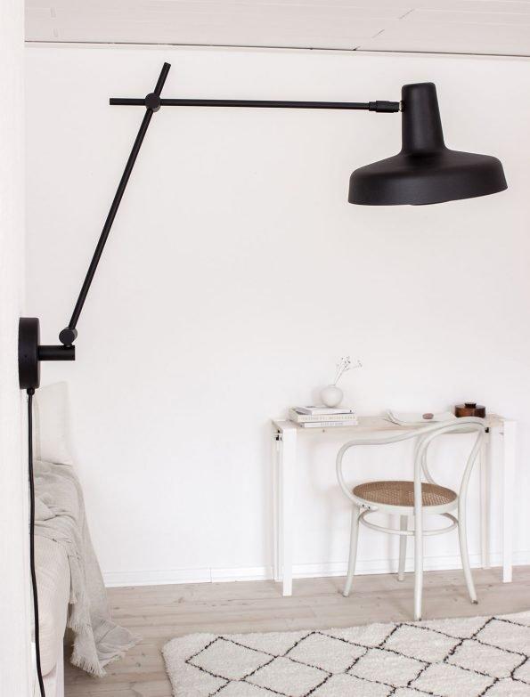 Arigato juodas sieninis šviestuvas interjere-3