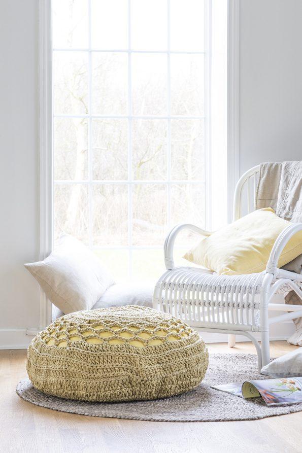 Šviesus apvalios formos džiuto kilimėlis interjere 2