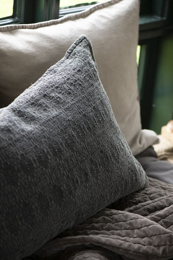 Velvetinė kreminės spalvos pagalvėlė 2