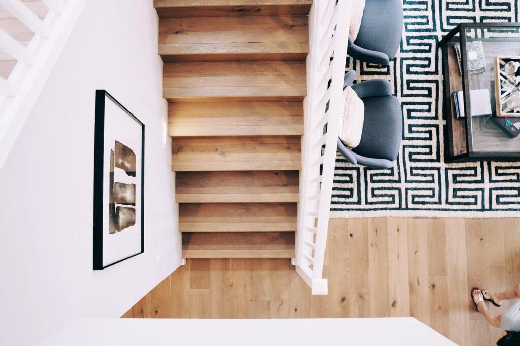 Medis interjere – nesenstanti klasika. 5 patarimai rengiant kambarį.