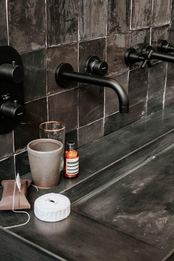 Kaip tamsios ir šviesios spalvų kontrastas gali suteikti daugiau erdvės vonios kambariui